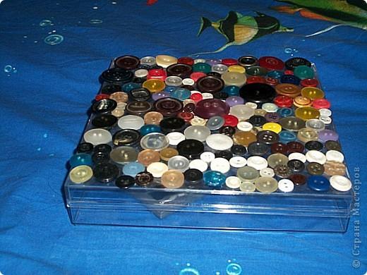 Немного фантазии, и никому не нужная пластиковая коробка из-под конфет превращается в замечательную яркую коробочку для рукоделия. фото 2