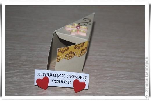 Одна девочка попросила сделать СУПЕР-открытку для любимой тёти......... идея не моя, найдена на просторах Инета. Тортик состоит из 12 кусочков, в каждом из которых пожелание и небольшой предметик, соответствующий пожеланию )) фото 4