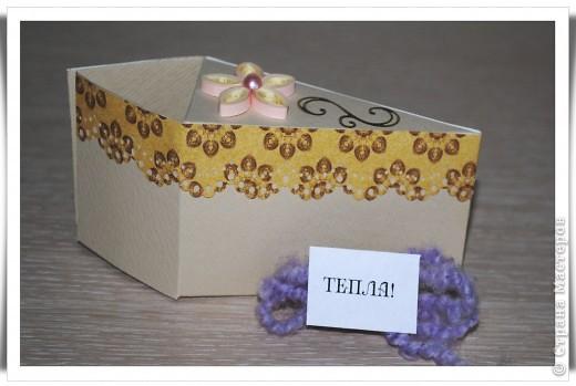 Одна девочка попросила сделать СУПЕР-открытку для любимой тёти......... идея не моя, найдена на просторах Инета. Тортик состоит из 12 кусочков, в каждом из которых пожелание и небольшой предметик, соответствующий пожеланию )) фото 6
