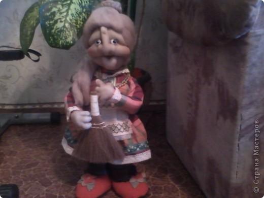 Это наша Ягусенька....Делала её на проволочном каркасе....она получилась очень похожей на мою бабулечку ........Извините за кчество фото,сделаны с телефона....заменю обязательно........
