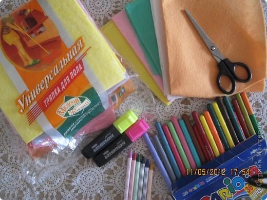 Человечки и одежда сделаны из салфеток для пыли. Я нарисовала на салфетки и вырезала и все! Теперь можно крепить на фланелеграф, держится и без липучек.  фото 7