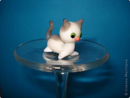 Дорогие мастерицы! Обещала я показать свою коллекцию кошек.  Начало ей положила вот эта фигурка, подаренная мне на д.р. 18 лет назад. Ее размер 2,5 см. фото 1