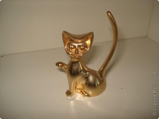Дорогие мастерицы! Обещала я показать свою коллекцию кошек.  Начало ей положила вот эта фигурка, подаренная мне на д.р. 18 лет назад. Ее размер 2,5 см. фото 7