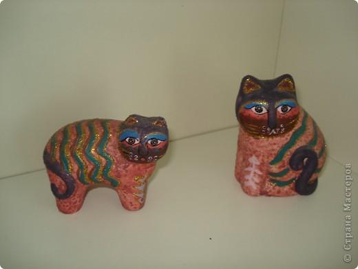 Дорогие мастерицы! Обещала я показать свою коллекцию кошек.  Начало ей положила вот эта фигурка, подаренная мне на д.р. 18 лет назад. Ее размер 2,5 см. фото 11