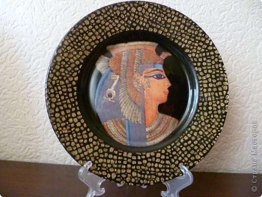 Уж очень мне понравились тарелочки на тему Египет, и я сделала повторюшки по картинкам. Тарелочки попались с фактурой и мне пришлось делать первый раз обратный декупаж. Так-же первый раз применила распечатку. Для первого раза кажется неплохо получилось.Мне понравилось! фото 2