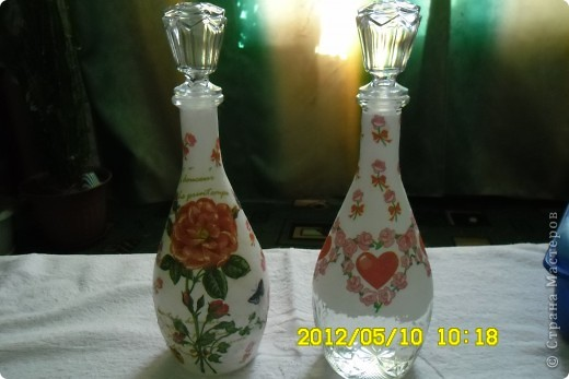 У бутылки слева незакончена пока, может низ затонирую краской, или не знаю пока, но что то будет. Которая справа ушла в подарок, хотела напоследок вместе сфотографировать. фото 1