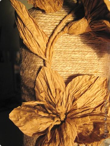 Нашла у себя остатки бумажного шпагата, и вспомнили как в детстве из него делала цветы. Вот и решила украсить бутылочку, а за ней следом из банки вышла полезная вазочка. фото 5