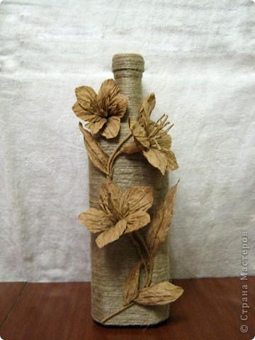 Нашла у себя остатки бумажного шпагата, и вспомнили как в детстве из него делала цветы. Вот и решила украсить бутылочку, а за ней следом из банки вышла полезная вазочка. фото 1