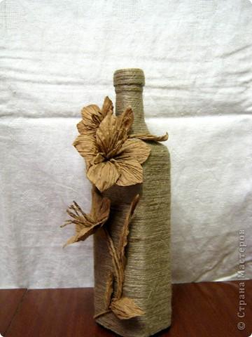 Нашла у себя остатки бумажного шпагата, и вспомнили как в детстве из него делала цветы. Вот и решила украсить бутылочку, а за ней следом из банки вышла полезная вазочка. фото 2