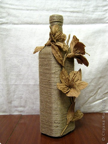 Нашла у себя остатки бумажного шпагата, и вспомнили как в детстве из него делала цветы. Вот и решила украсить бутылочку, а за ней следом из банки вышла полезная вазочка. фото 3