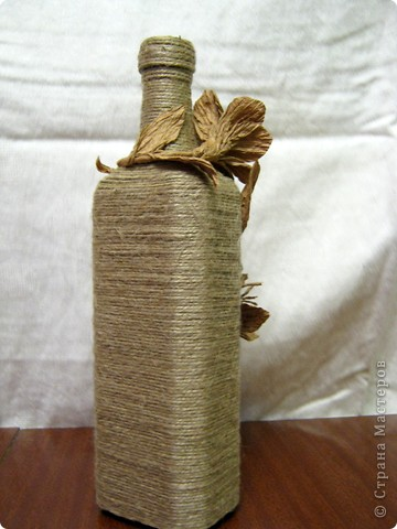 Нашла у себя остатки бумажного шпагата, и вспомнили как в детстве из него делала цветы. Вот и решила украсить бутылочку, а за ней следом из банки вышла полезная вазочка. фото 4