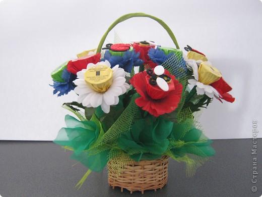 Очень люблю полевые цветы. А если добавить конфет, получится неплохой подарок на день рождения. фото 2
