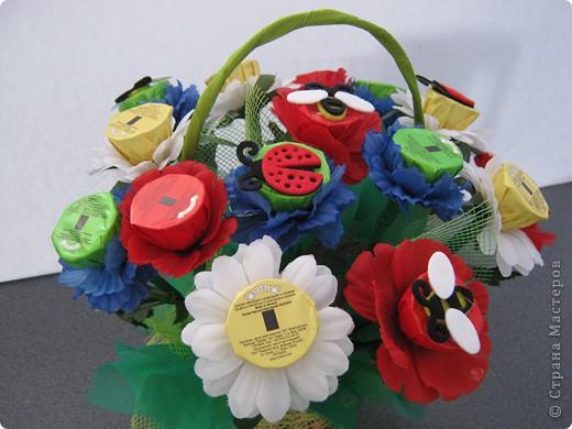 Очень люблю полевые цветы. А если добавить конфет, получится неплохой подарок на день рождения. фото 1