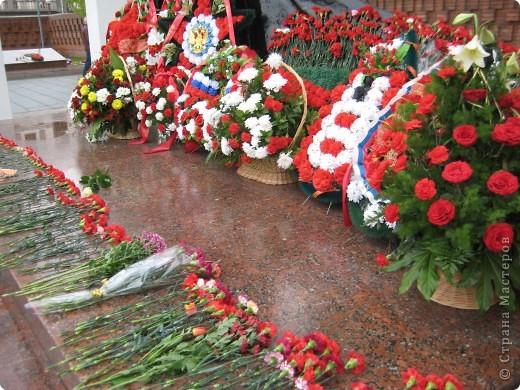 В этот день в городе было много цветов, цветов для погибших солдат и для ветеранов войны. фото 4