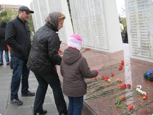 В этот день в городе было много цветов, цветов для погибших солдат и для ветеранов войны. фото 3