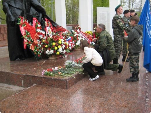 В этот день в городе было много цветов, цветов для погибших солдат и для ветеранов войны. фото 5