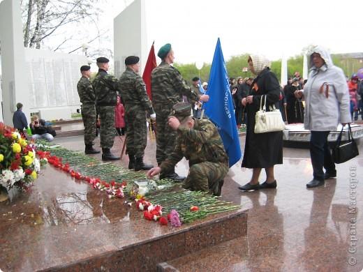 В этот день в городе было много цветов, цветов для погибших солдат и для ветеранов войны. фото 6