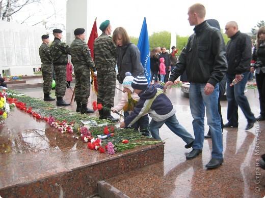 В этот день в городе было много цветов, цветов для погибших солдат и для ветеранов войны. фото 7