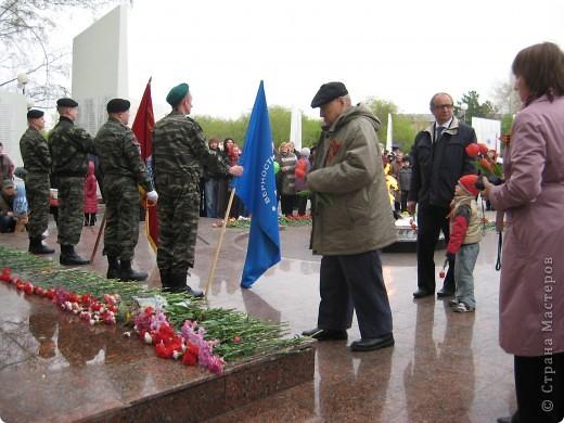 В этот день в городе было много цветов, цветов для погибших солдат и для ветеранов войны. фото 8