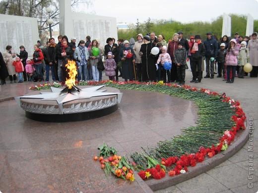 В этот день в городе было много цветов, цветов для погибших солдат и для ветеранов войны. фото 1