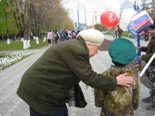 В этот день в городе было много цветов, цветов для погибших солдат и для ветеранов войны. фото 46