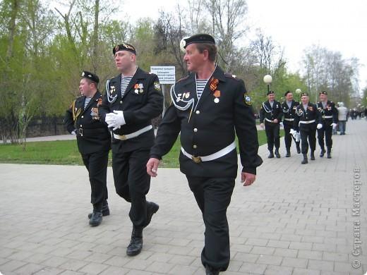 В этот день в городе было много цветов, цветов для погибших солдат и для ветеранов войны. фото 37
