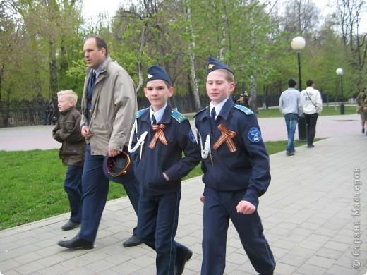 В этот день в городе было много цветов, цветов для погибших солдат и для ветеранов войны. фото 38