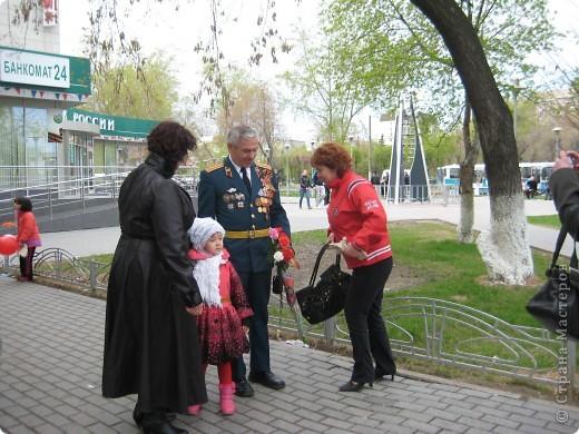 В этот день в городе было много цветов, цветов для погибших солдат и для ветеранов войны. фото 39