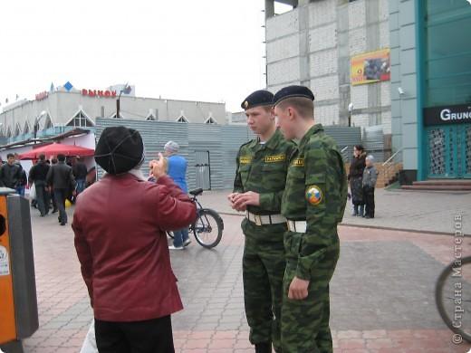 В этот день в городе было много цветов, цветов для погибших солдат и для ветеранов войны. фото 40