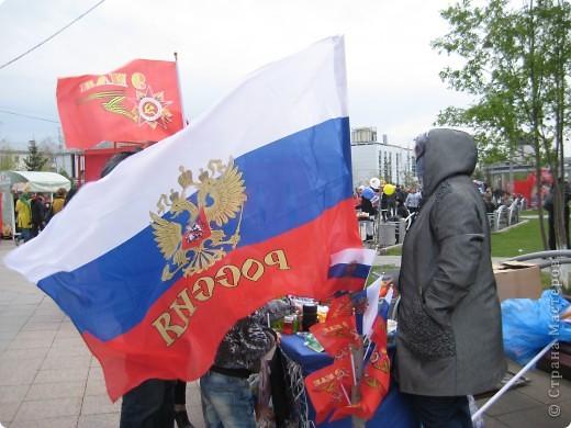 В этот день в городе было много цветов, цветов для погибших солдат и для ветеранов войны. фото 22
