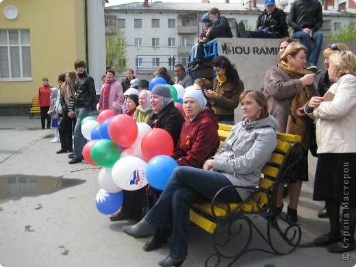 В этот день в городе было много цветов, цветов для погибших солдат и для ветеранов войны. фото 34