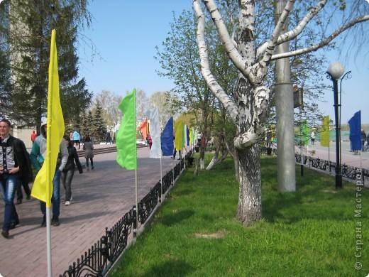 В этот день в городе было много цветов, цветов для погибших солдат и для ветеранов войны. фото 24