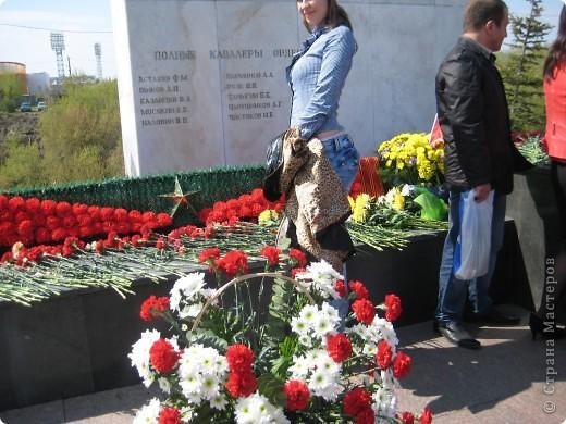 В этот день в городе было много цветов, цветов для погибших солдат и для ветеранов войны. фото 10