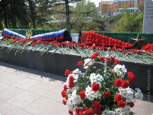 В этот день в городе было много цветов, цветов для погибших солдат и для ветеранов войны. фото 16