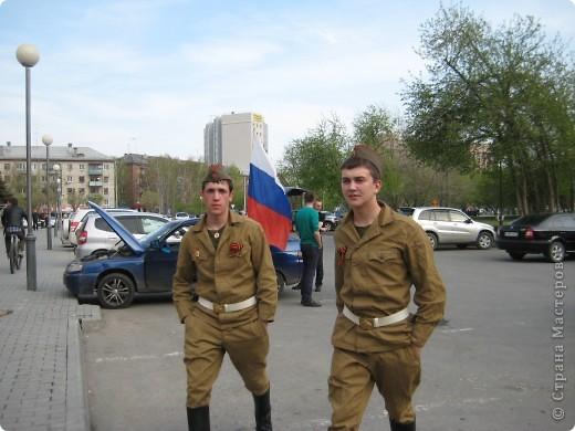В этот день в городе было много цветов, цветов для погибших солдат и для ветеранов войны. фото 43