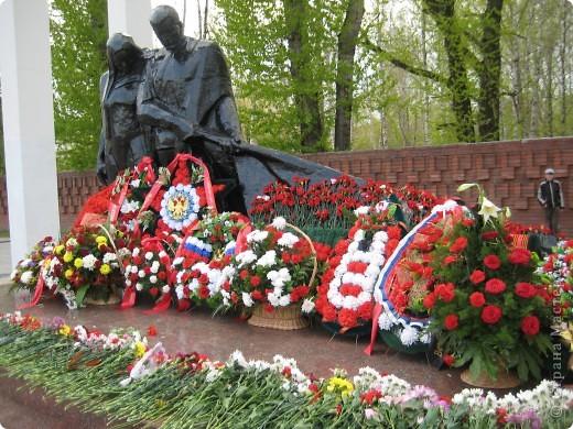 В этот день в городе было много цветов, цветов для погибших солдат и для ветеранов войны. фото 9
