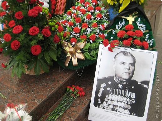 В этот день в городе было много цветов, цветов для погибших солдат и для ветеранов войны. фото 11