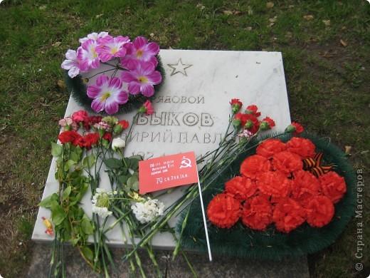 В этот день в городе было много цветов, цветов для погибших солдат и для ветеранов войны. фото 12