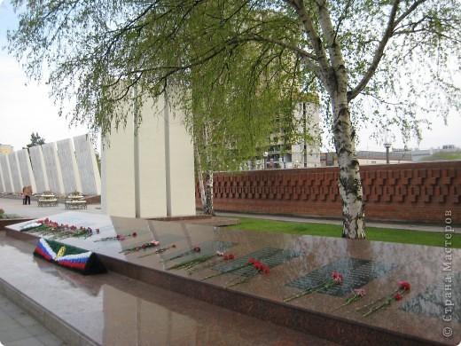 В этот день в городе было много цветов, цветов для погибших солдат и для ветеранов войны. фото 13