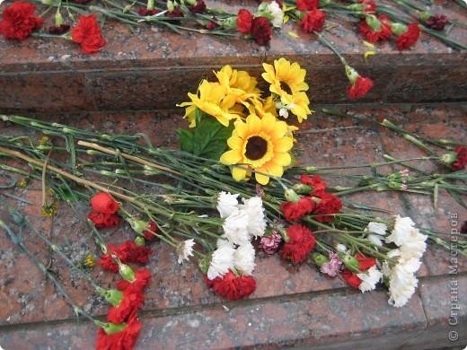 В этот день в городе было много цветов, цветов для погибших солдат и для ветеранов войны. фото 15