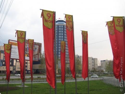 В этот день в городе было много цветов, цветов для погибших солдат и для ветеранов войны. фото 25