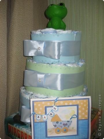 Когда увидела у Альбины памперсный торт http://stranamasterov.ru/node/348218  ,решила,что себе тоже такой же хочу! За третьим пока не решаюсь,а вот сделать сама решила попробывать. Посмотрела идеи на осинке http://club.osinka.ru/topic-85161 Но сочетание ленты и бумаги,обработанной дыроколом края мне больше понравилась. фото 1