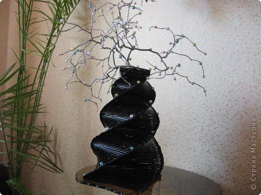 Ваза чёрная покрыта лаком эбеновое дерево.Веточка с бусинами. фото 1