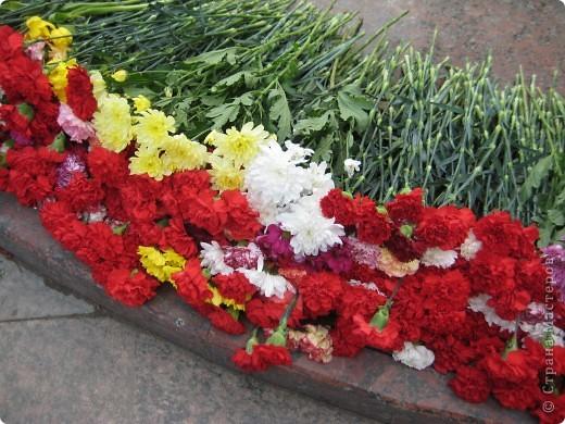 В этот день в городе было много цветов, цветов для погибших солдат и для ветеранов войны. фото 2
