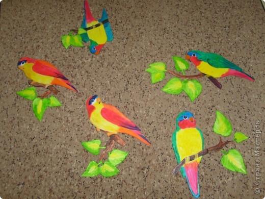 Провисели мои туканы и цветы ( они есть в моем блоге) почти год и ничего с ними не случилось, поэтому пришлось вот на заказ попугайчиков делать. Просили ярких птичек. Заказов было два так что птиц пришлось делать 13 штук. Вот часть из них. Приклеивать будут родственники сами, так что я просто сфоткала на память.  Роспись конечно не очень, ну да на таком материале  сложновато тонкости выводить. фото 2