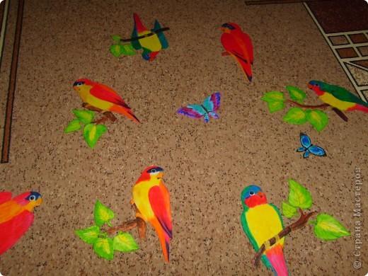 Провисели мои туканы и цветы ( они есть в моем блоге) почти год и ничего с ними не случилось, поэтому пришлось вот на заказ попугайчиков делать. Просили ярких птичек. Заказов было два так что птиц пришлось делать 13 штук. Вот часть из них. Приклеивать будут родственники сами, так что я просто сфоткала на память.  Роспись конечно не очень, ну да на таком материале  сложновато тонкости выводить. фото 3