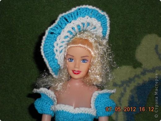 """Ну наконец я ее закончила. И хочется поблагодарить сайт http://www.kimberly-club.ru/catalog/section.php?SECTION_ID=96 который нас барбиманов вдохновляет на такие прекрасные образы наших старых кукол. Кроме того с бльшой благодарностью хочется обратиться к тем мастерам, которые научили меня такому способу накрахмаливания - """"сахарным сиропом"""". Пусть он и долгий, но эффект - вам скажу- налицо. Подъюбник сделала жестким, но крахмалом и он уже не держит форму так как хотелось бы. Держится за счет каркаса, а вот юбка и шляпа форму не теряют. Лиф я тоже сделала сахарным сиропом. Это я пишу для тех, кто может быть тоже, как я, не знают о том, что можно """"накрахмалить"""" сахарным сиропом.  Рецепт..... для желающих 200гр сахара на 100гр воды смешать в маленькой кастрюльке и поставить на газ до полного растворения сахара - не кипятить. Изделие, чтобы хорошо пропиталось, опускаем в теплый (не холодный) раствор. Если в горячий - оно может полинять, если в холодный - не пропитается. фото 4"""