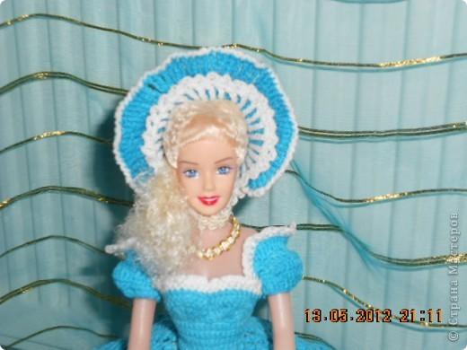 """Ну наконец я ее закончила. И хочется поблагодарить сайт http://www.kimberly-club.ru/catalog/section.php?SECTION_ID=96 который нас барбиманов вдохновляет на такие прекрасные образы наших старых кукол. Кроме того с бльшой благодарностью хочется обратиться к тем мастерам, которые научили меня такому способу накрахмаливания - """"сахарным сиропом"""". Пусть он и долгий, но эффект - вам скажу- налицо. Подъюбник сделала жестким, но крахмалом и он уже не держит форму так как хотелось бы. Держится за счет каркаса, а вот юбка и шляпа форму не теряют. Лиф я тоже сделала сахарным сиропом. Это я пишу для тех, кто может быть тоже, как я, не знают о том, что можно """"накрахмалить"""" сахарным сиропом.  Рецепт..... для желающих 200гр сахара на 100гр воды смешать в маленькой кастрюльке и поставить на газ до полного растворения сахара - не кипятить. Изделие, чтобы хорошо пропиталось, опускаем в теплый (не холодный) раствор. Если в горячий - оно может полинять, если в холодный - не пропитается. фото 3"""