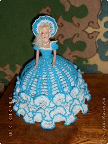 """Ну наконец я ее закончила. И хочется поблагодарить сайт http://www.kimberly-club.ru/catalog/section.php?SECTION_ID=96 который нас барбиманов вдохновляет на такие прекрасные образы наших старых кукол. Кроме того с бльшой благодарностью хочется обратиться к тем мастерам, которые научили меня такому способу накрахмаливания - """"сахарным сиропом"""". Пусть он и долгий, но эффект - вам скажу- налицо. Подъюбник сделала жестким, но крахмалом и он уже не держит форму так как хотелось бы. Держится за счет каркаса, а вот юбка и шляпа форму не теряют. Лиф я тоже сделала сахарным сиропом. Это я пишу для тех, кто может быть тоже, как я, не знают о том, что можно """"накрахмалить"""" сахарным сиропом.  Рецепт..... для желающих 200гр сахара на 100гр воды смешать в маленькой кастрюльке и поставить на газ до полного растворения сахара - не кипятить. Изделие, чтобы хорошо пропиталось, опускаем в теплый (не холодный) раствор. Если в горячий - оно может полинять, если в холодный - не пропитается. фото 1"""
