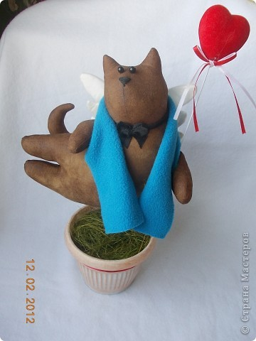 Очень понравились летящие коты Тоне Финангер. решила сделать себе парочку-троечку, поскольку по одной игрушке шить не могу, мозги так устроены неправильно))))). Знакомьтесь, этотпервенец, в лапах держит слоган компании, в которой я работаю)))). фото 5